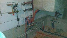 коллектор системы отопления в процессе монтажа